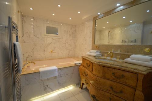 C02.450 And an elegant en suite bathroom