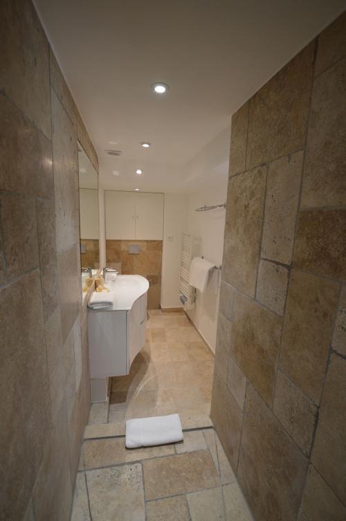 c03.050 Dior Bathroom (3)