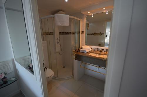 c03.250 Garbo bathroom a