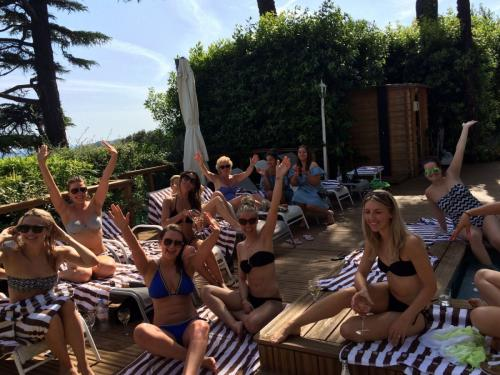 c05.450 WH Hens pool party